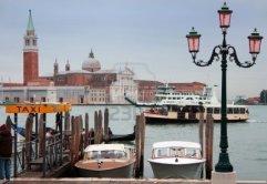 6286846-barcos-de-taxi-gondola-barco-vaporetto-y-ferry-en-frente-de-la-isla-de-san-giogio-maggiore-venecia-i