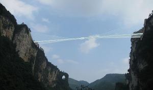 este-puente-de-vidrio-es-el-mas-largo-del-mundo-y-ofrece-una-vista-impresionante-pero-aterrorizante